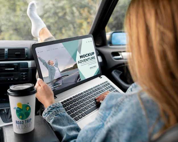 Traveler holding a mock-up laptop Free Psd