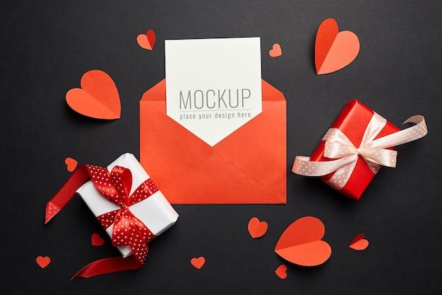 봉투, 빨간 하트와 선물 상자 종이로 발렌타인 데이 카드 모형 프리미엄 PSD 파일