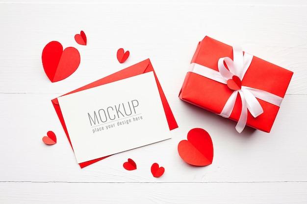 선물 상자와 빨간 하트 발렌타인 카드 모형 프리미엄 PSD 파일