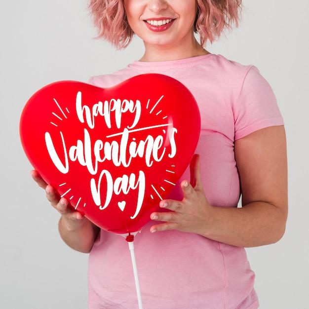 Mock-up di concetto di san valentino con la donna sorridente Psd Gratuite