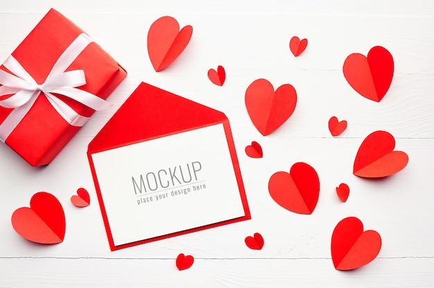빨간 선물 상자와 하트 발렌타인 데이 인사말 카드 모형 프리미엄 PSD 파일
