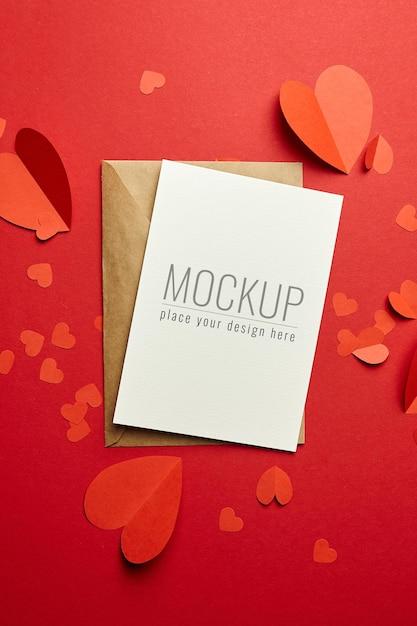 봉투와 빨간 종이 마음으로 발렌타인 데이 카드 모형 프리미엄 PSD 파일