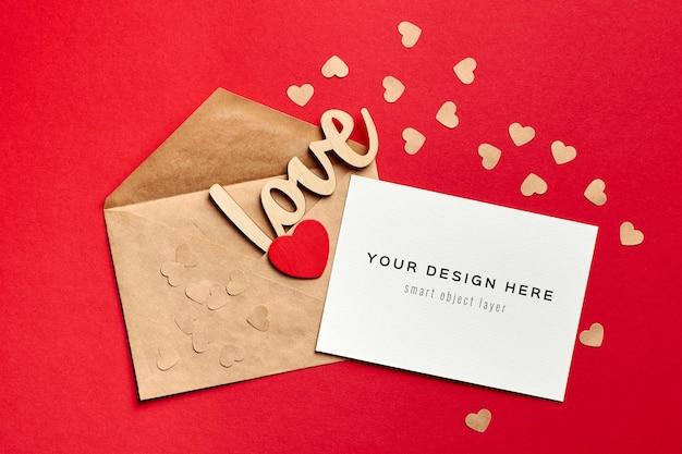 봉투와 나무 장식 사랑과 빨간색 하트 발렌타인 데이 카드 모형 프리미엄 PSD 파일
