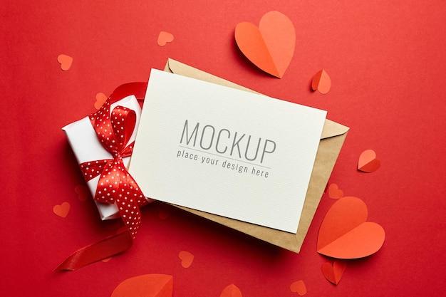봉투, 선물 상자 및 빨간 종이 마음으로 발렌타인 데이 카드 모형 프리미엄 PSD 파일