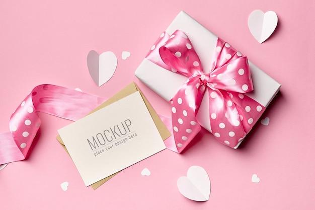핑크에 선물 상자와 종이 마음으로 발렌타인 데이 카드 모형 프리미엄 PSD 파일