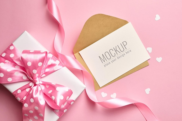 선물 상자와 분홍색에 작은 종이 마음 발렌타인 데이 카드 모형 프리미엄 PSD 파일