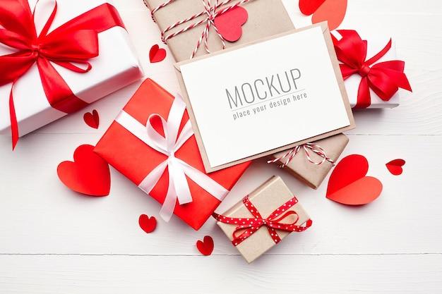 선물 상자와 흰색 표면에 빨간 종이 마음 발렌타인 데이 카드 모형 프리미엄 PSD 파일
