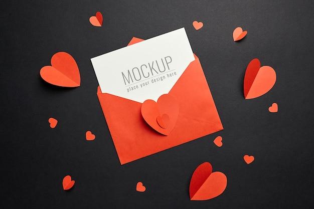 빨간 봉투와 검은 종이에 하트 발렌타인 데이 카드 모형 프리미엄 PSD 파일