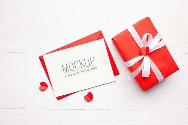 빨간 선물 상자와 화이트 하트 발렌타인 데이 카드 모형 프리미엄 PSD 파일