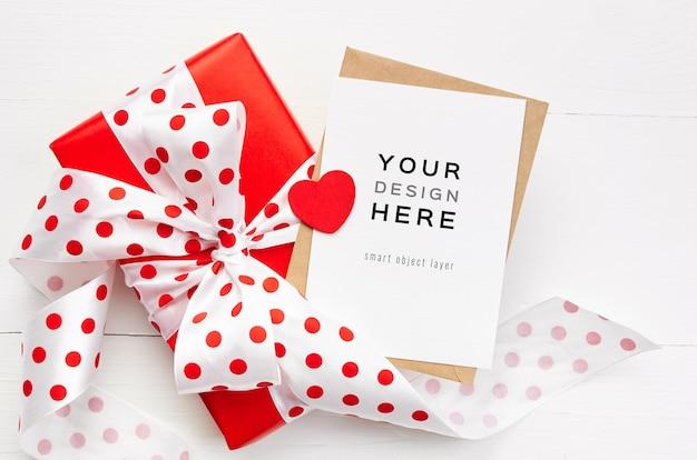 흰색 나무 테이블에 붉은 마음과 선물 상자와 발렌타인 데이 카드 모형 프리미엄 PSD 파일
