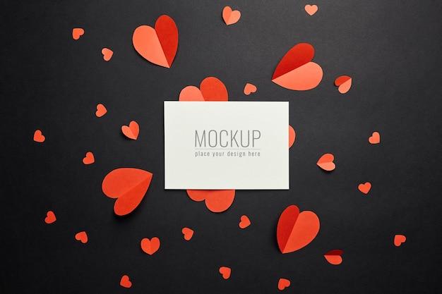 검은 색 표면에 빨간 종이 마음으로 발렌타인 데이 카드 모형 프리미엄 PSD 파일