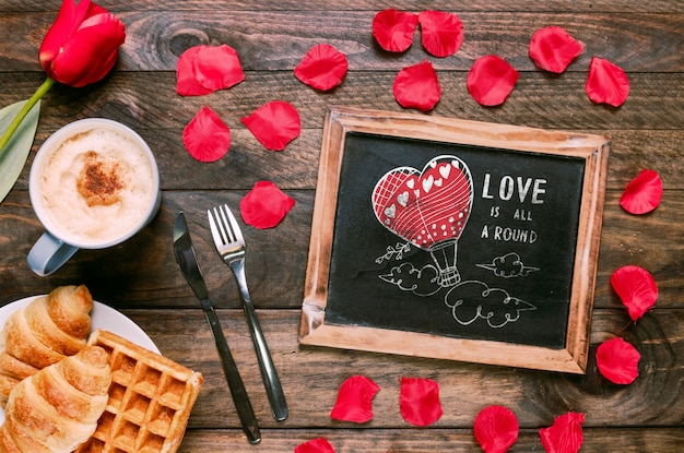 Valentines day slate mockup with breakfast Free Psd