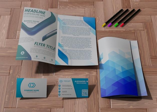 Varie forniture per ufficio e matite per carta mock-up aziendale di marca Psd Gratuite