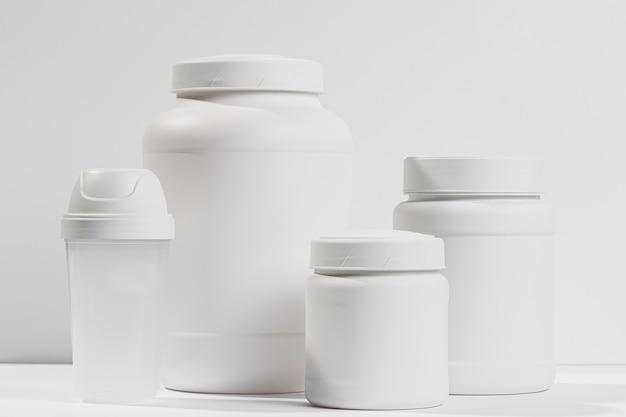 Vari contenitori bianchi con proteine in polvere Psd Gratuite