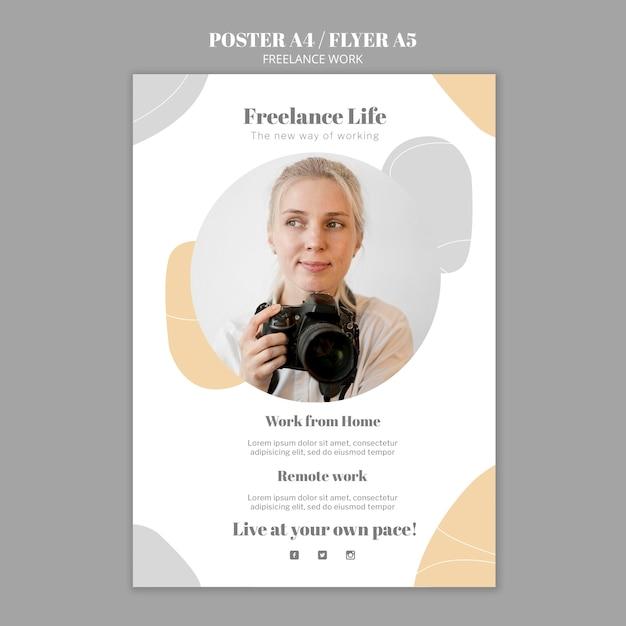 Poster verticale per lavoro freelance con fotografa donna Psd Gratuite
