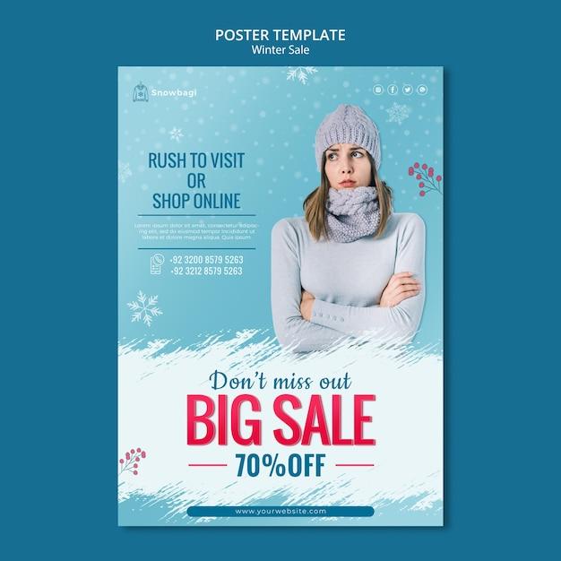 Modello di poster verticale per saldi invernali con donna e fiocchi di neve Psd Gratuite