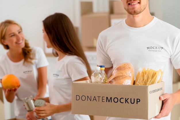 Волонтеры готовят ящики с продуктами для пожертвований Бесплатные Psd