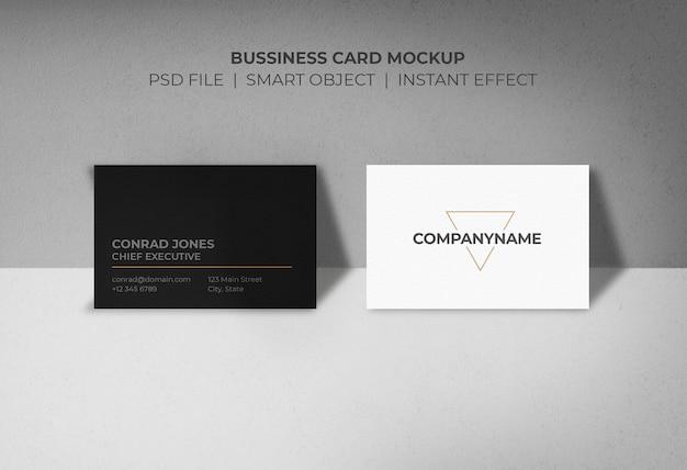 壁に支えられたビジネスカードのモックアップ 無料 Psd