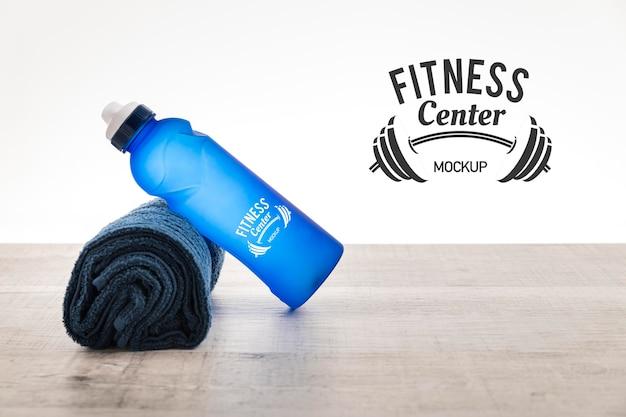 水のボトルとタオルのモックアップ 無料 Psd