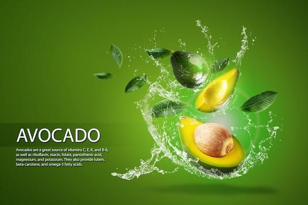 Water splashing on fresh sliced green avocado over the green bac Premium Psd