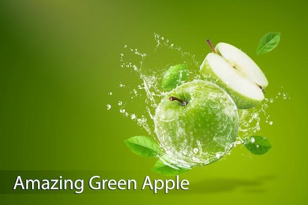 Брызги воды на свежее зеленое яблоко на зеленом фоне Premium Psd