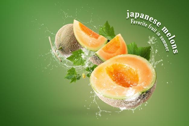 緑の背景に日本のメロンのスライスにはねかける水 Premium Psd