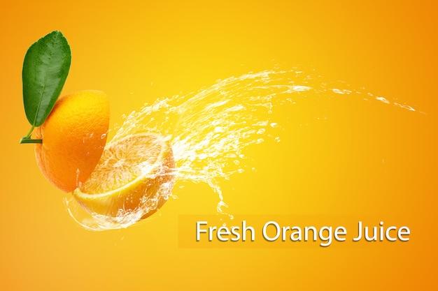 オレンジ色の背景の上にスライスしたオレンジにしぶき水。 Premium Psd