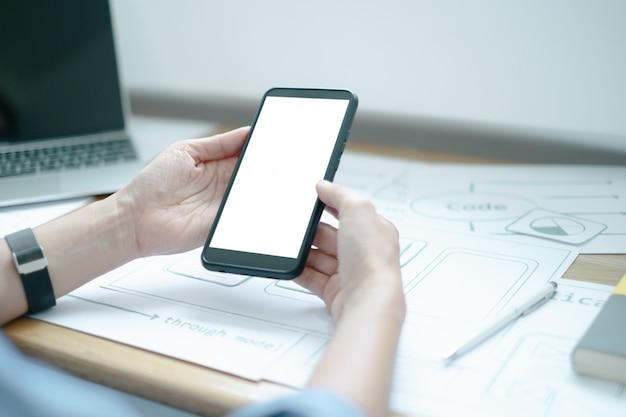 Web携帯電話向けのuxグラフィックデザイナーの創造的なスマートフォンアプリケーションプロセス開発インターフェイスのモックアップ Premium Psd