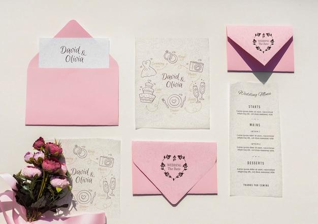 Свадебные украшения в розовых тонах с коллекцией конвертов Бесплатные Psd
