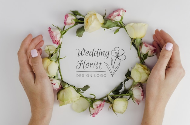Wedding florist with arrangement of roses Free Psd