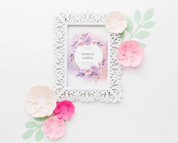 흰색 배경에 종이 꽃 웨딩 프레임 모형 무료 PSD 파일