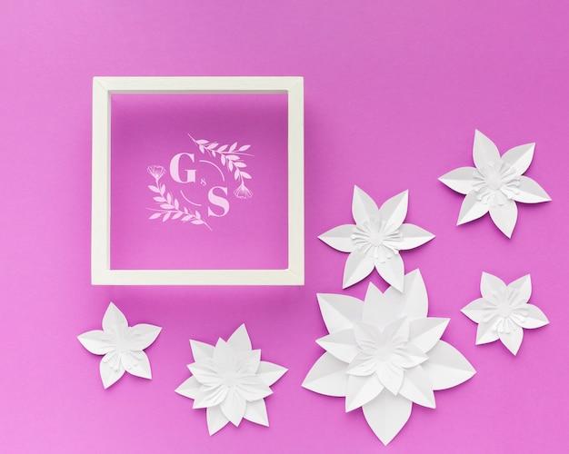 보라색 배경에 종이 꽃 웨딩 프레임 무료 PSD 파일