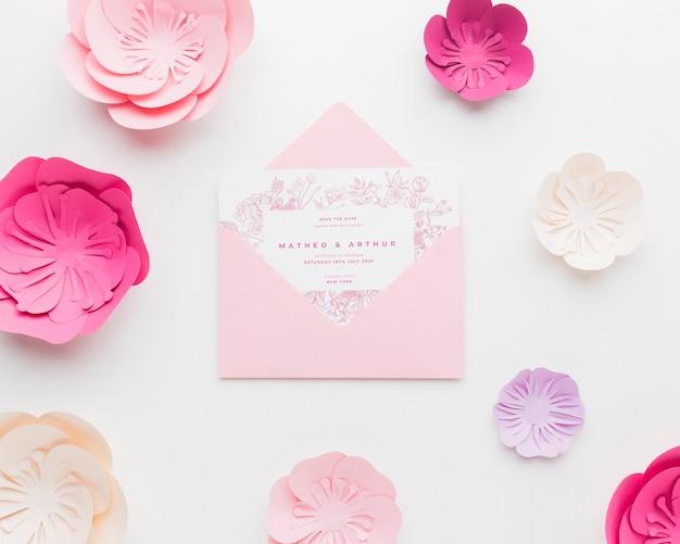 Свадебный пригласительный макет с бумажными цветами на белых обоях Бесплатные Psd