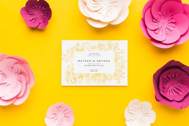 노란색 배경에 종이 꽃 결혼 초대장 모형 무료 PSD 파일
