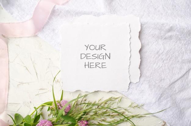 핑크 꽃과 공백에 섬세한 실크 리본 웨딩 모형 카드 프리미엄 PSD 파일