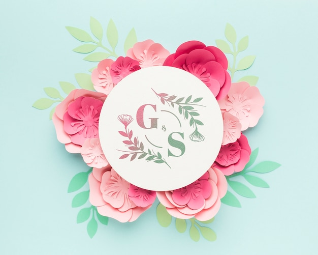 Wedding monogram mock-up with paper flowers on blue background Free Psd
