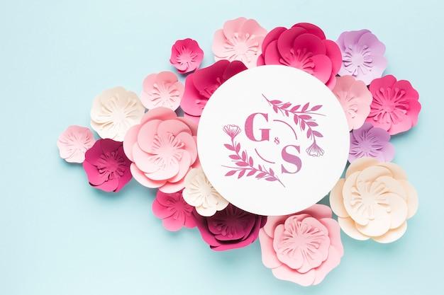 青い壁紙に紙の花と結婚式のモノグラムモックアップ 無料 Psd
