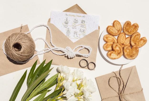 Свадебный бумажный конверт с цветами и печеньем Бесплатные Psd