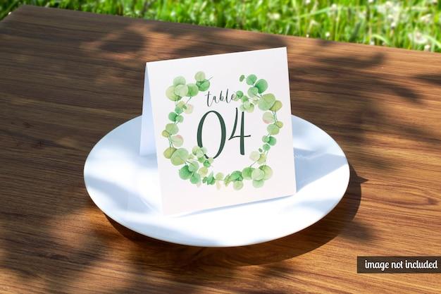 고전적인 흰색 접시 모형에 결혼식 장소 카드 프리미엄 PSD 파일
