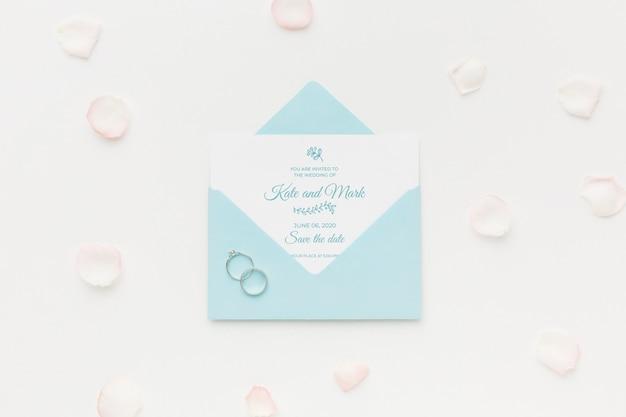 結婚指輪と花びらの招待状のモックアップ 無料 Psd