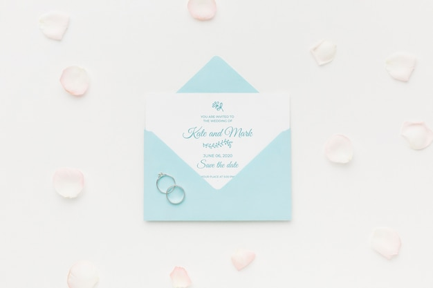 Wedding rings and invitation mock-up with petals Free Psd