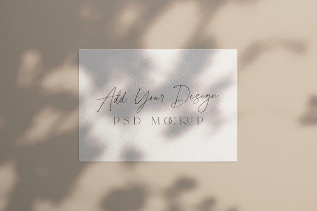 나무 아래 흰색 카드 이랑 그림자 오버레이 프리미엄 PSD 파일