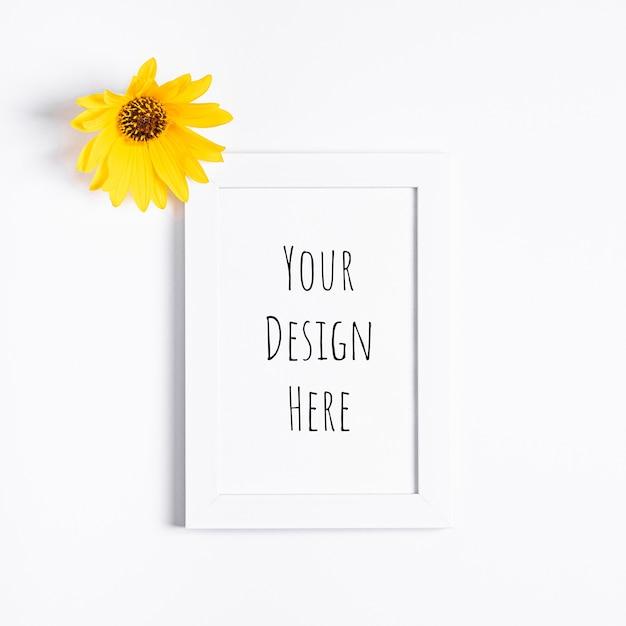 黄色い花と白い空の額縁モックアップ Premium Psd