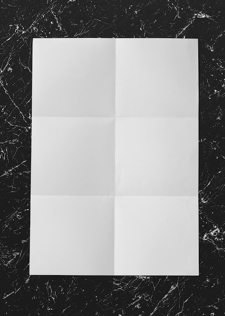 Белая сложенная бумага на мраморном макете Бесплатные Psd