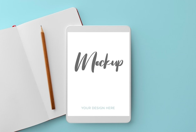 노트북 및 연필 모형과 파란색에 흰색 태블릿 무료 PSD 파일