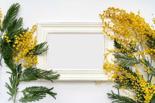 흰색 배경, 모형에 미모사의 꽃 화이트 빈티지 프레임 프리미엄 PSD 파일