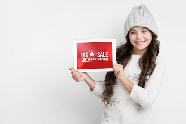 Winter sales presentated by young girl Free Psd