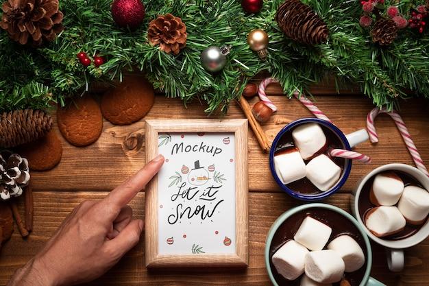 クリスマスパイン飾りとホットチョコレートwithフレームモックアップ 無料 Psd