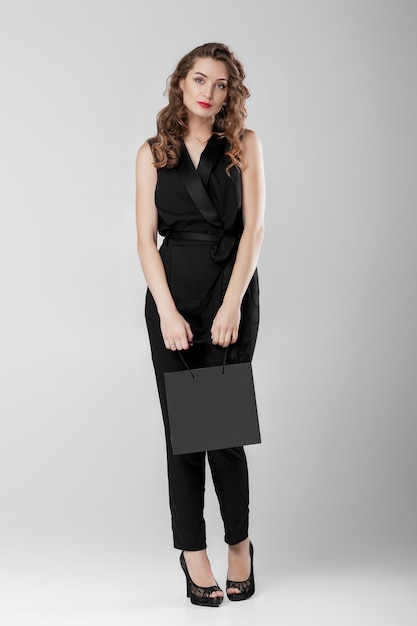Woman in black with shopping bag. Premium Psd
