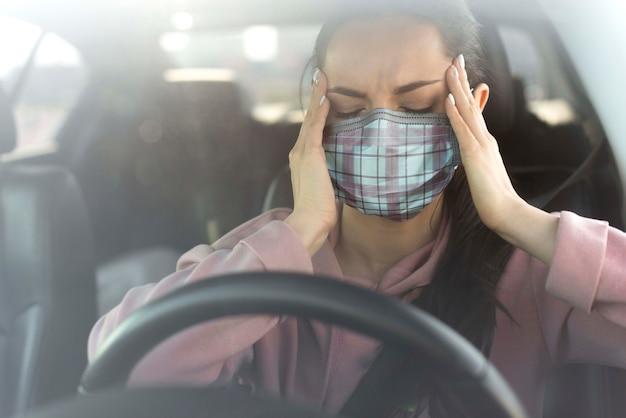Donna in auto vivendo mal di testa Psd Gratuite